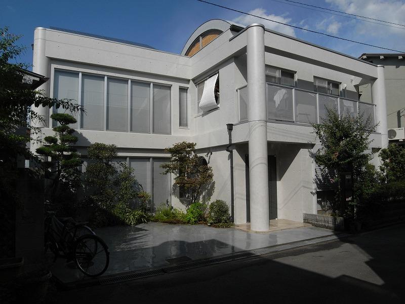コンクリート打放しを美しくリニューアル 外壁フッ素塗装、コンクリート保護塗装、金属屋根遮熱塗装、板金工事