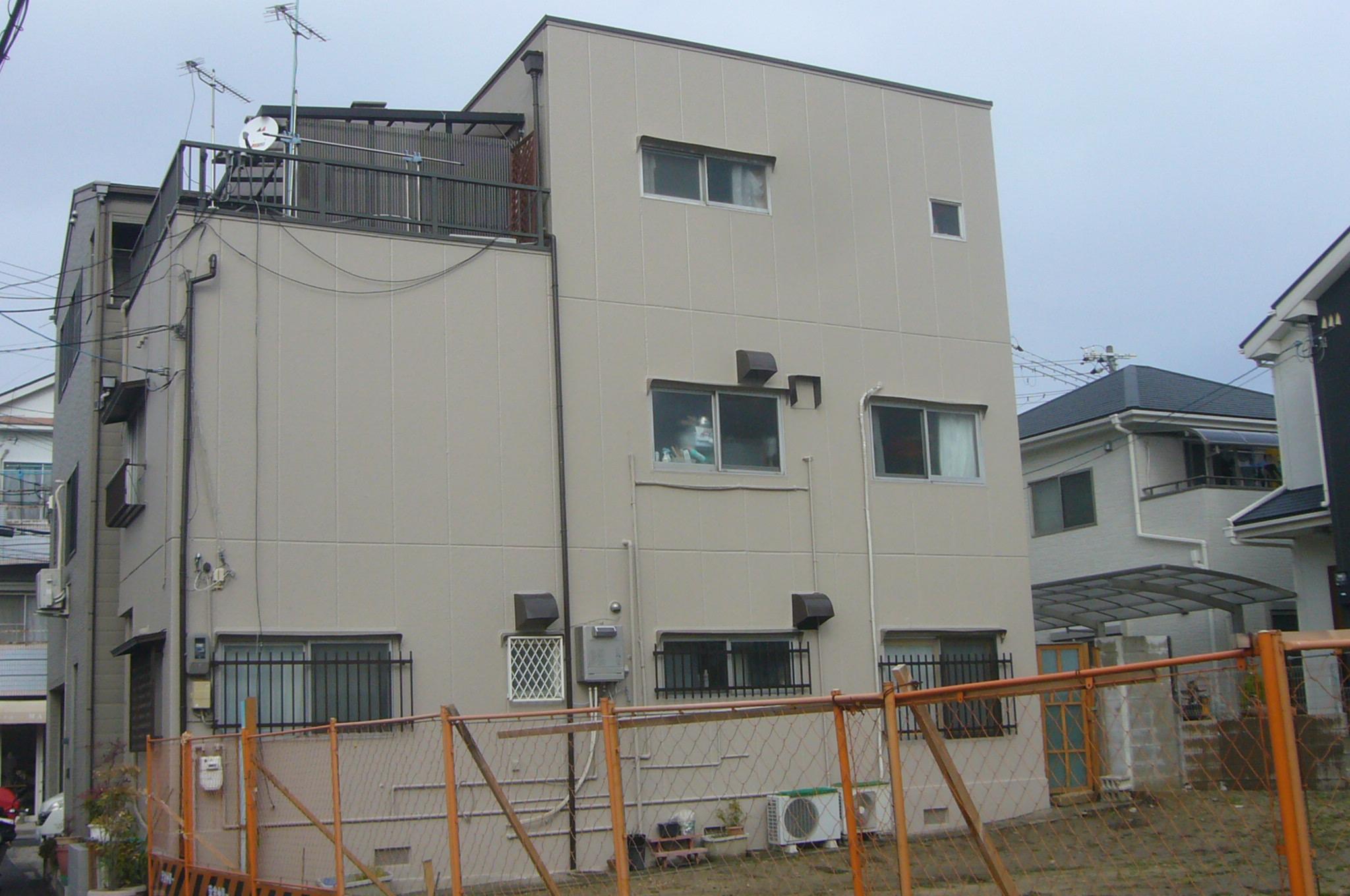 高槻市でALC3階建て外壁塗装とシーリング打ち工事が完了しました。