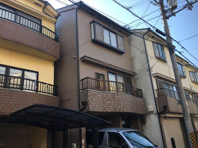 摂津市で3階建てのモルタル外壁・カラーベスト屋根塗装工事の完成事例です。