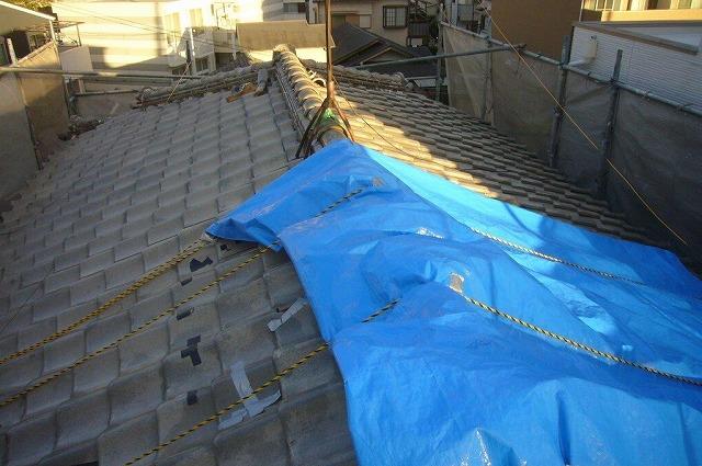 吹田市で台風で崩れた瓦屋根をカラーベストに葺き替えて不安解消
