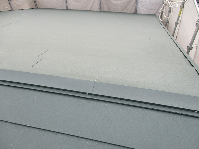 吹田市で全体に広がったクラックだらけのスレート屋根をカバー工法でリフォーム